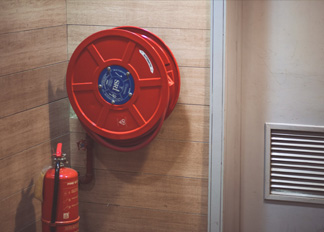 Use a fire extinguisher to optimistic about the pressure gauge
